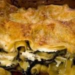 Zimní zelené lasagne s červenou kapustou