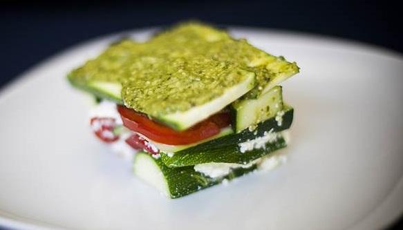 Nepečené cuketové lasagne s bazalkovým pestem