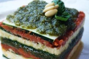 Cuketové raw lasagne s bazalkovým pestem a rajčatovým krémem